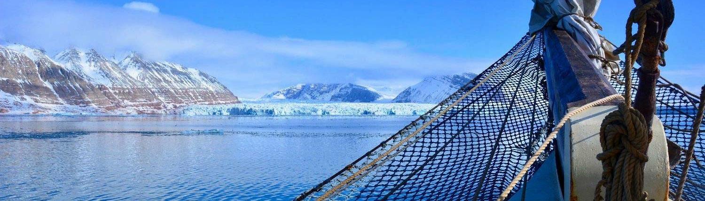 Skitouren auf Spitzbergen vom Schiff im Fjord