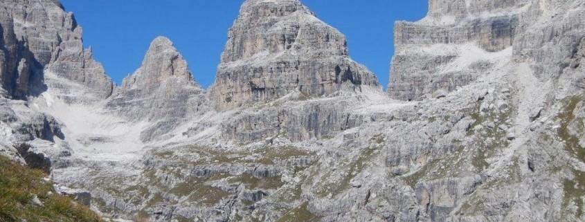 Spetkuläre Ausblicke auf die Brenta Dolomiten bei der Alpenüberquerung von Meran zum Lago di Molveno