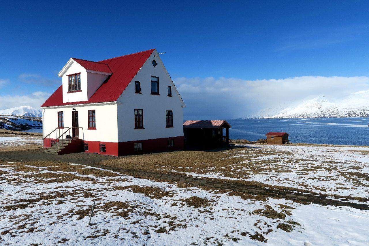 Unser hochwertiges Ferienhaus am Fjord während unserer Skitour auf Island