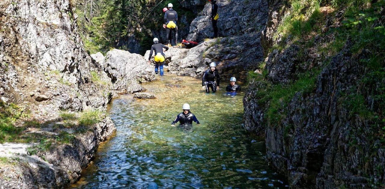 Erfrischende und kühle Aktion im Sommer Canyoning in Bayern