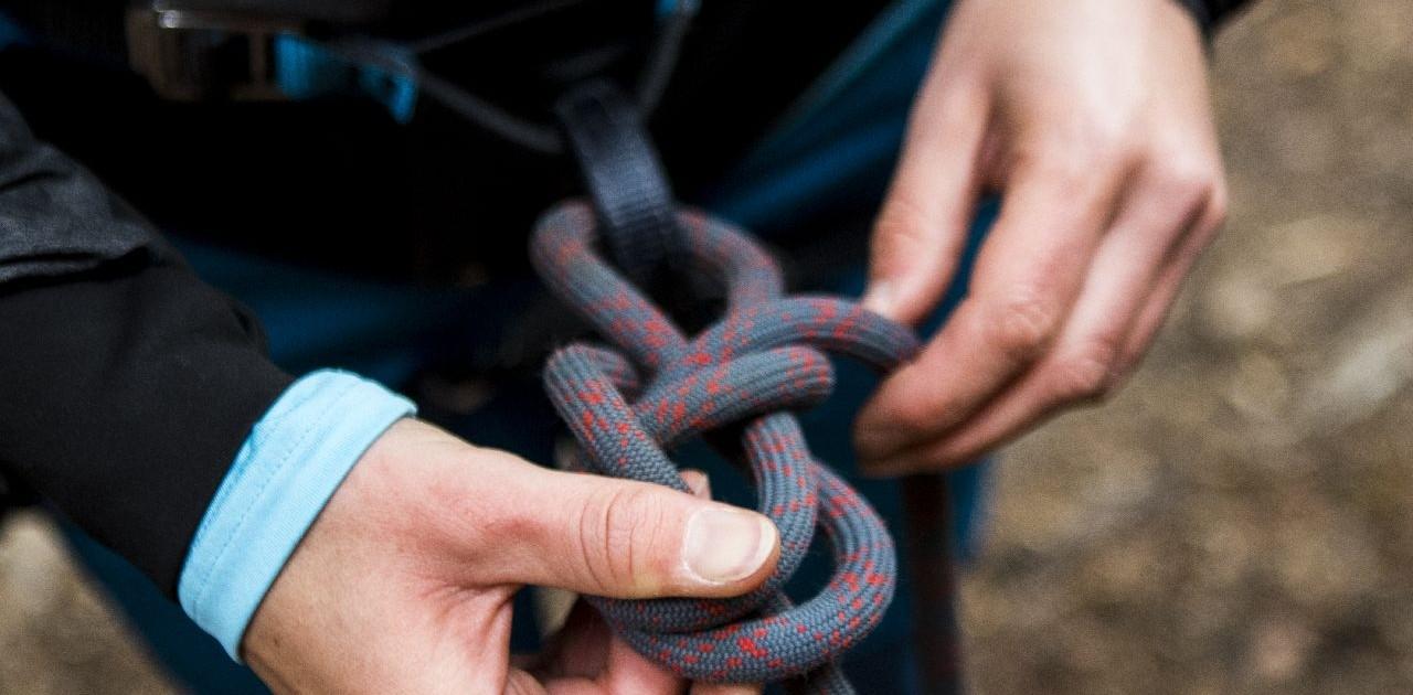 Knotenkunden im Kletterkurs lernen