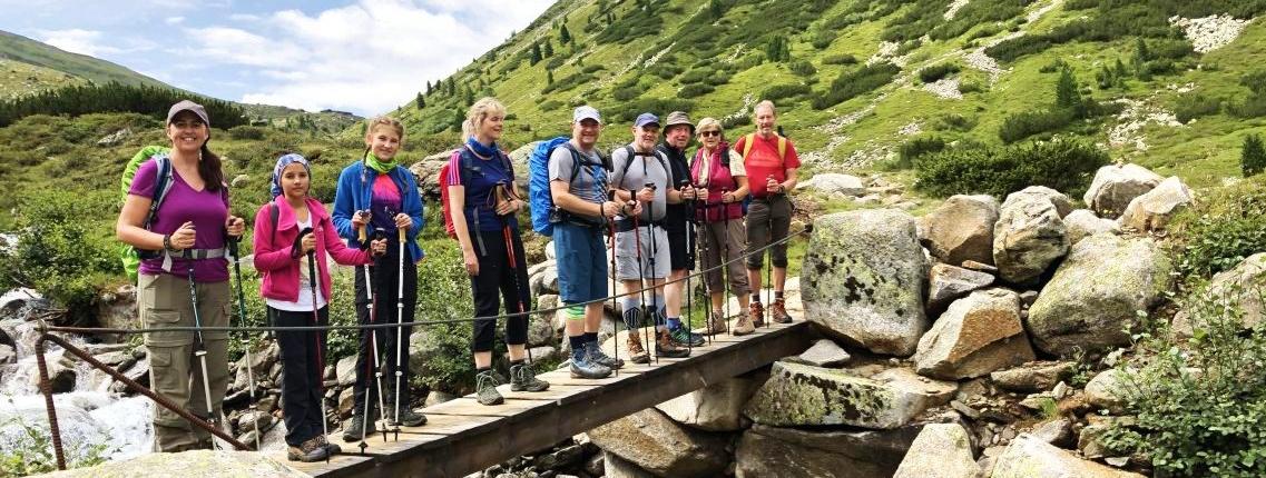 Gruppenbild auf einer einsamen Brücke während der Alpenüberquerung Tegernsee-Sterzing