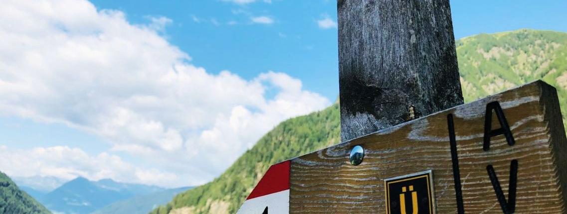 Ein Wegweiser auf der Alpenüberquerung Tegernsee Sterzing