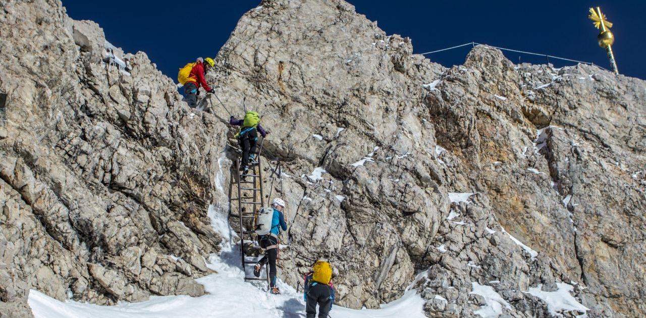 Es erfolgt der Abstieg zur Bahn vom Zugspitz-Gipfel