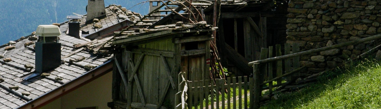 Typische Häuser auf dem Weg zum Lago di Molveno